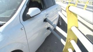 Bariyer demirleri otomobile ok gibi saplandı: 2 yaralı