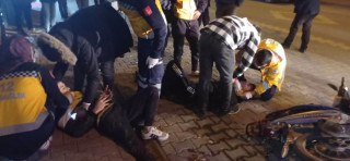 Kamyonet ile motosiklet çarpıştı: 3 yaralı