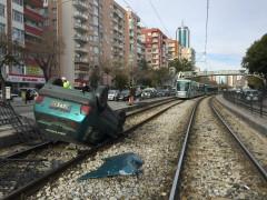 Konya'da otomobil tramvay yoluna takla attı