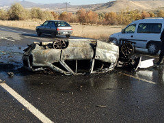 Yanan otomobilden son anda kurtarıldı