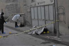 Boşanma aşamasındaki karısını sokakta öldürüp intihar girişiminde bulundu