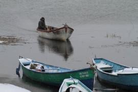 Karda, kışta fırtınada balık avı