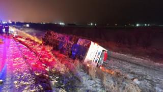 Devrilen tıra yardım için duran otomobile otobüs çarptı: 5 ölü, 32 yaralı
