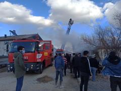 Çatıda çıkan yangın eve sıçramadan söndürüldü