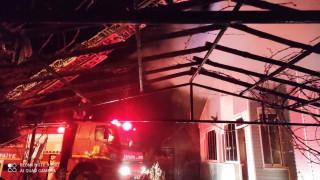Çıkan yangında müstakil ev ve kömürlük kül oldu