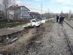 Konya'da lokomotif ile kamyonet çarpıştı: 1 yaralı