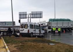 Tarım işçilerini taşıyan minibüs ile tır çarpıştı: 8 yaralı