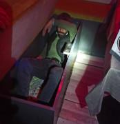 Eğlence mekanı baskınında 2 kişi tezgah dolabından ve koltuk kasasından çıktı