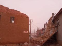 Konya'da şiddetli rüzgar evlerin çatısını uçurdu, çilek seralarına zarar verdi