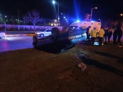 Otomobil refüje çarpıp takla attı: 2 yaralı