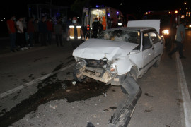 Kırmızı ışıkta bekleyen cipe otomobil çarptı: 2 yaralı