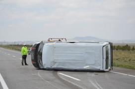 Konya'da işçileri taşıyan minibüs devrildi: 4 yaralı