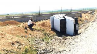 Şarampole devrilen otomobilin sürücüsü kazadan yara almadan kurtuldu