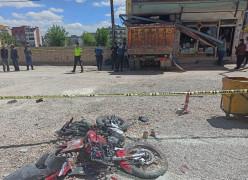 Freni patlayan hafriyat yüklü kamyon, 3 aracı ve 1 motosikleti ezip dükkana girdi