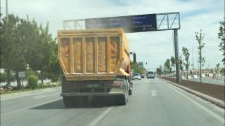 Hafriyat kamyonu sürücülere zor anlar yaşattı
