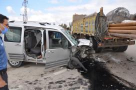 Hafif ticari araç ile iş makinesi çarpıştı: 4 yaralı